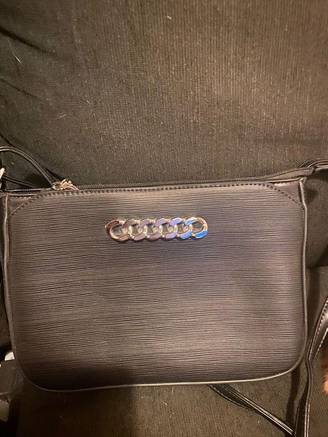 Bolsito negro con cadena tipo Chanel