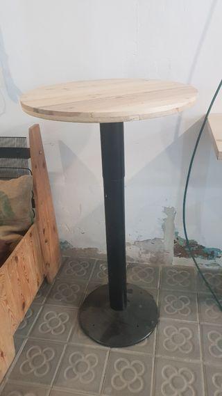 mesa alta con sobre de madera