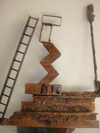 Escultura de hierro y chapa, encuadrada