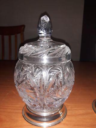 jarron y bombonera de cristal de roca grabado