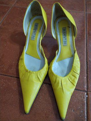 zapatos de tacón amarillo