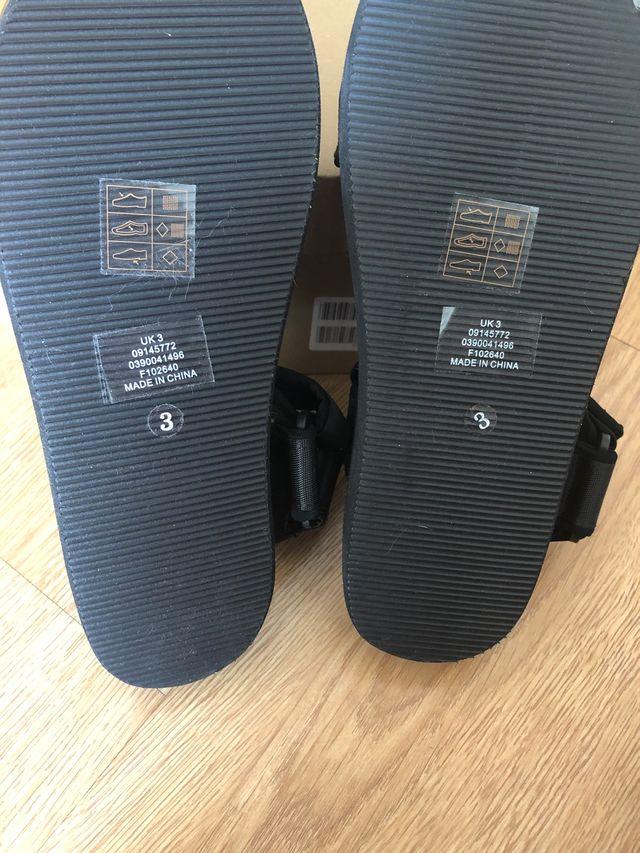 Sandalia negra plataforma ASOS