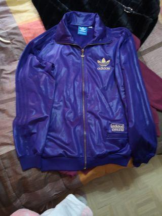 chaketa de Adidas marka color lila oro preciosa