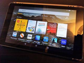 Tablet Amazon Kindle Fire HD 8 (2018), con funda
