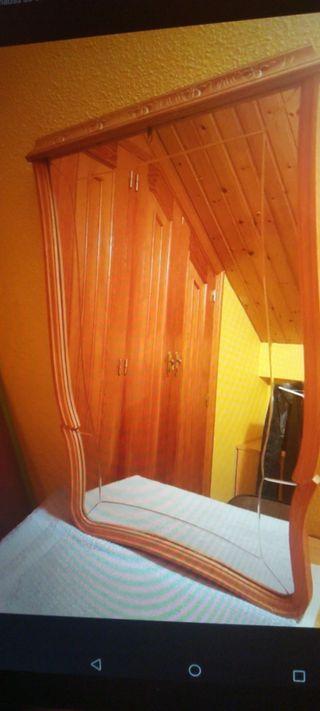 Espejo grande con bordes de madera