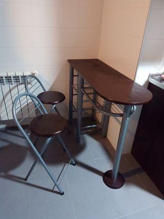 Mesa y taburetes de cocina con estantes