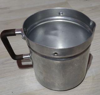 Antigua jarra de leche de aluminio