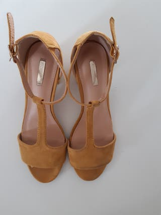 Sandalias de tacón amarillo mostaza