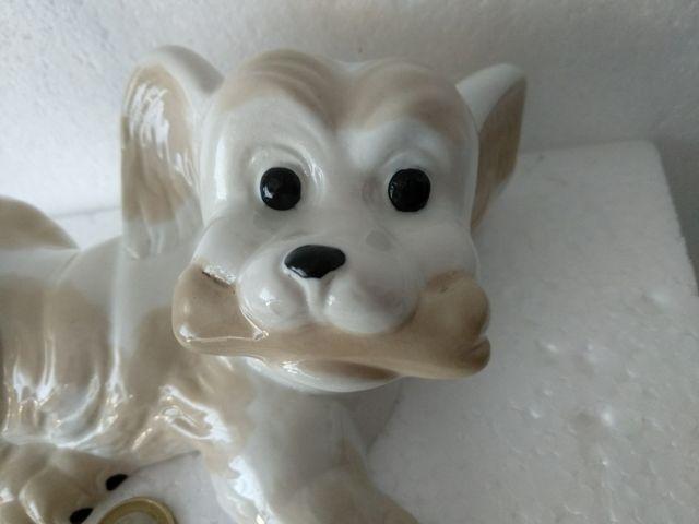 Antigua figura de perrito jugando con hueso