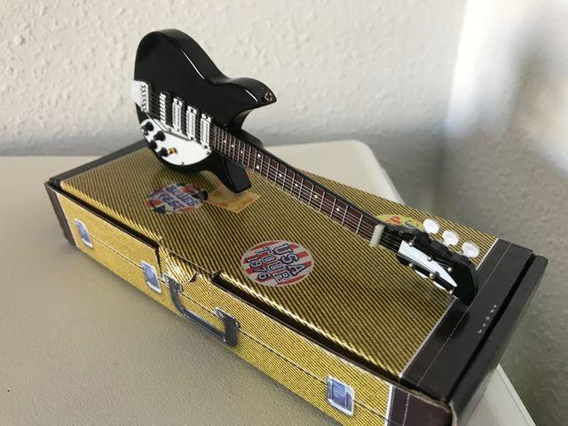 Preciosa guitarra eléctrica JOHN LENNON