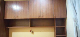 estanterias laterals y elevada con baul