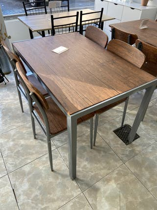 Mesa con silla, de madera, estructura de metal