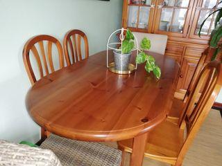 Mesa y sillas de madera.