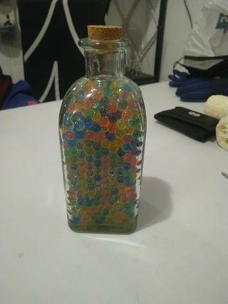 botella con bolitas