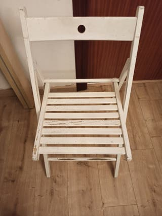 Tres sillas plegables blancas por 8 euros