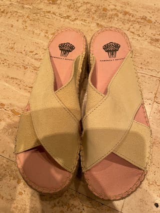 Sandalia de esparto y piel