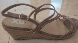 Sandalias color beige.