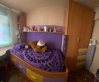 Habitación juvenil lila y amarillo