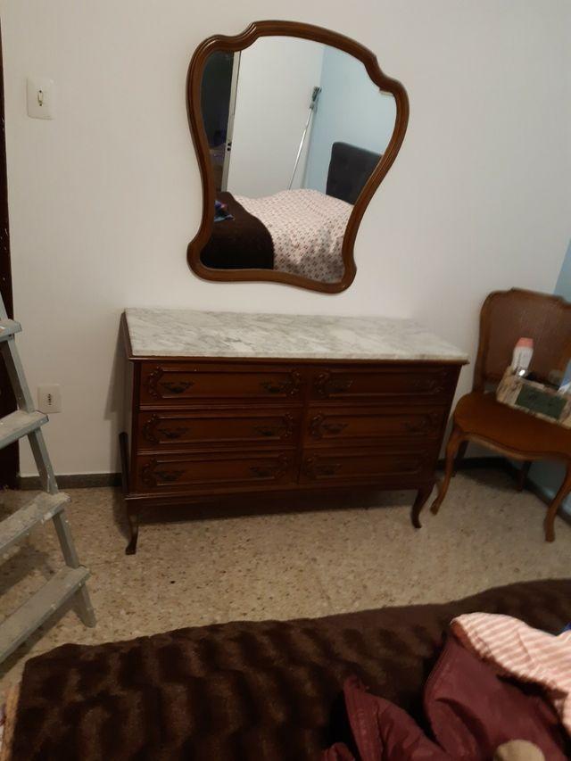 dos mesas de noches y cómoda y espejo