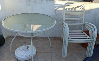 Mesa de jardín con 4 sillones metálicos.