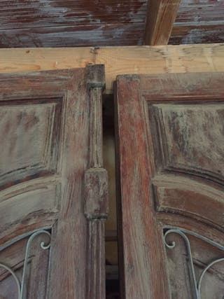 Puerta exterior antigua, madera de mobila con reja