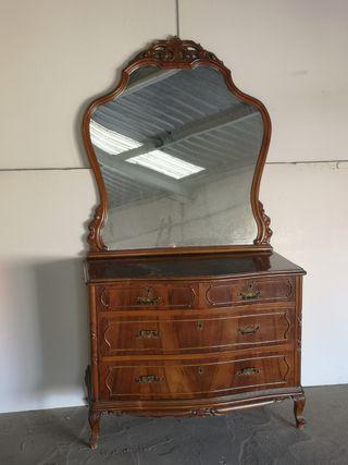 Cómoda antigua con espejo