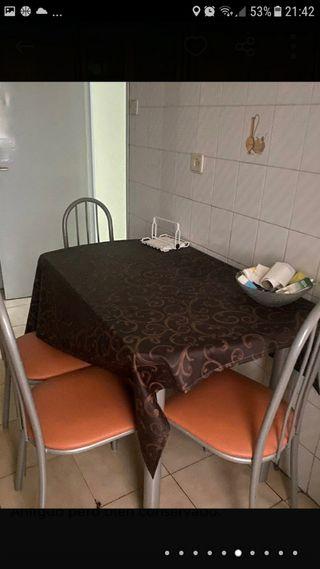 mesa de cocina y cuatro sillas