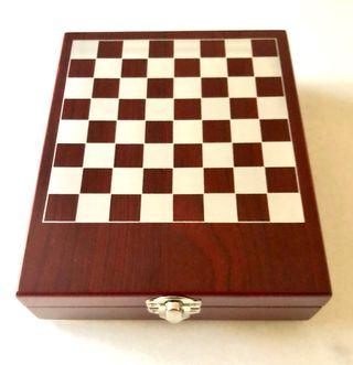 Juego de accesorios para vino con ajedrez