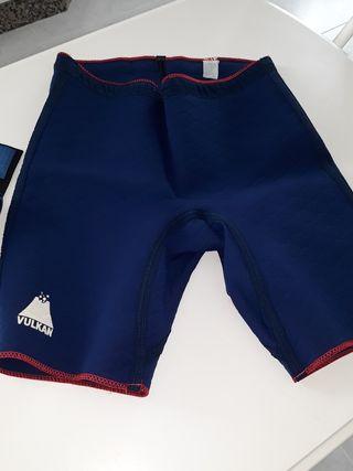 Pantalon corto y faja abdominal.