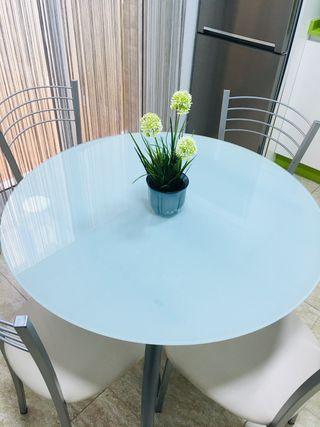 Mesa de cocina con cuatro sillas