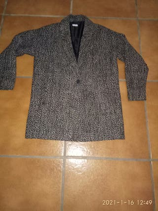abrigo jaspeado blanco y negro