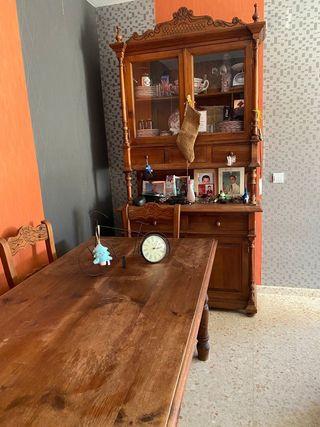 Mesa con 6 sillas y mueble aparador