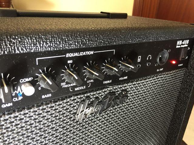 Bajo eléctrico y amplificador.