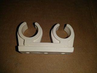 Abrazadera doble pvc 22mm