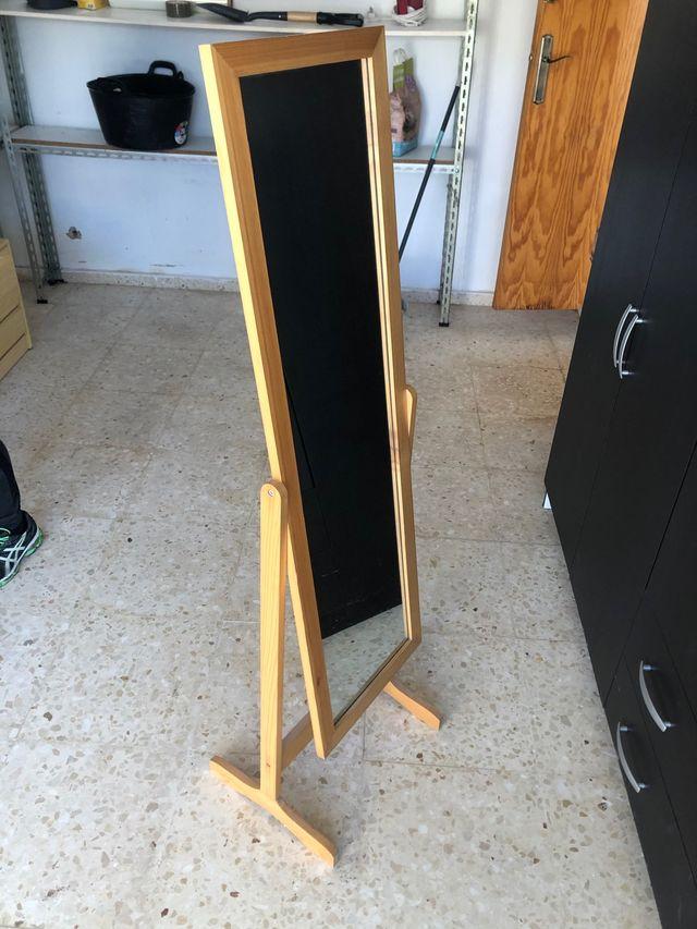Espejo con patas de madera