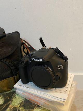 Canon EOS 1300D con objetivo y accesorios.