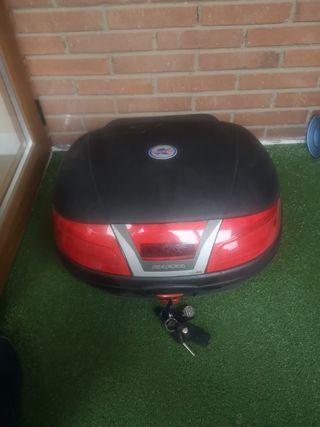 baúl y casco de moto