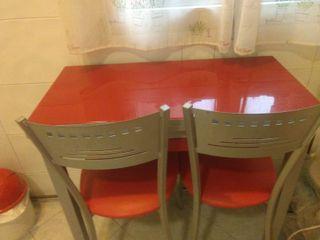 Mesa de cocina roja con sillas transparentes