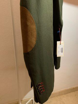 Americana verde/caqui con coderas marrón. El Ganso