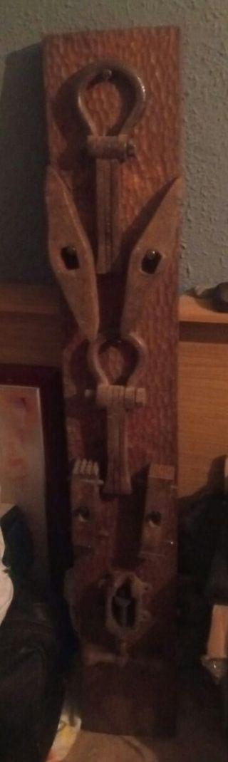 trilla de adorno madera y herramientas hierro para