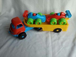 Camión de juguete con coches