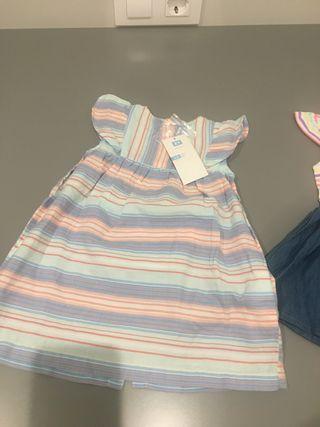 2 vestidos con la Etiqueta Puesta
