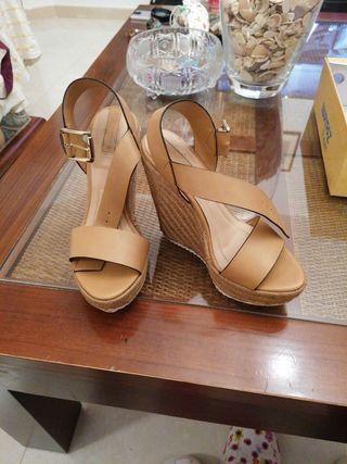 Sandalias marrones de tacón alto.