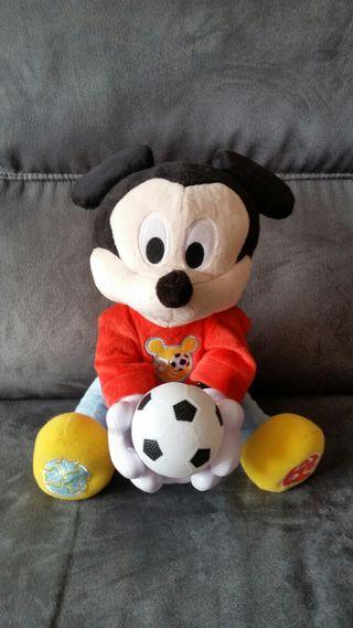 Mickey peluche pasa la pelota