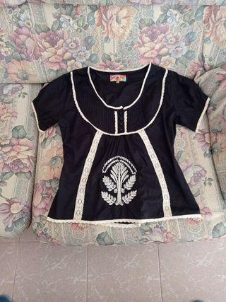 Preciosa camisa ó top con encajes blancos T. XL