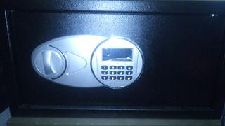 caja fuerte con código digital y llaves