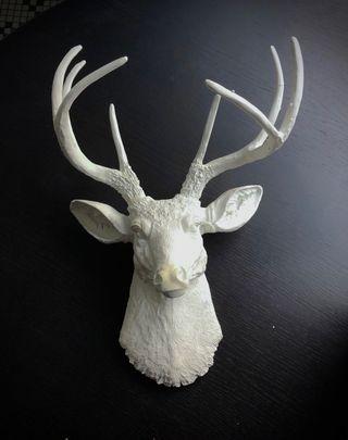 Escultura de pared de ciervo blanco