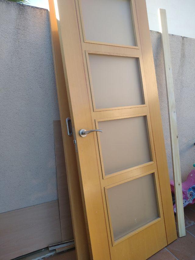 puerta madera maciza acristalada
