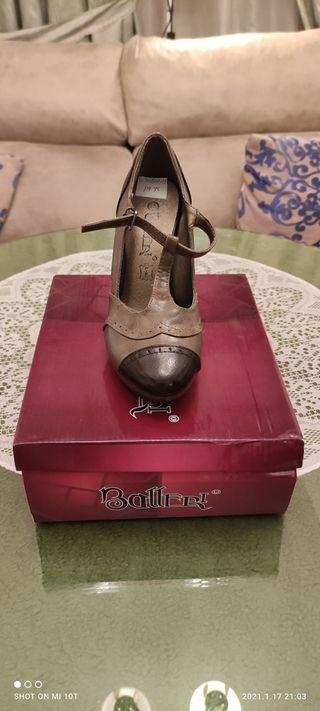 zapatos de tacón beige y marrón