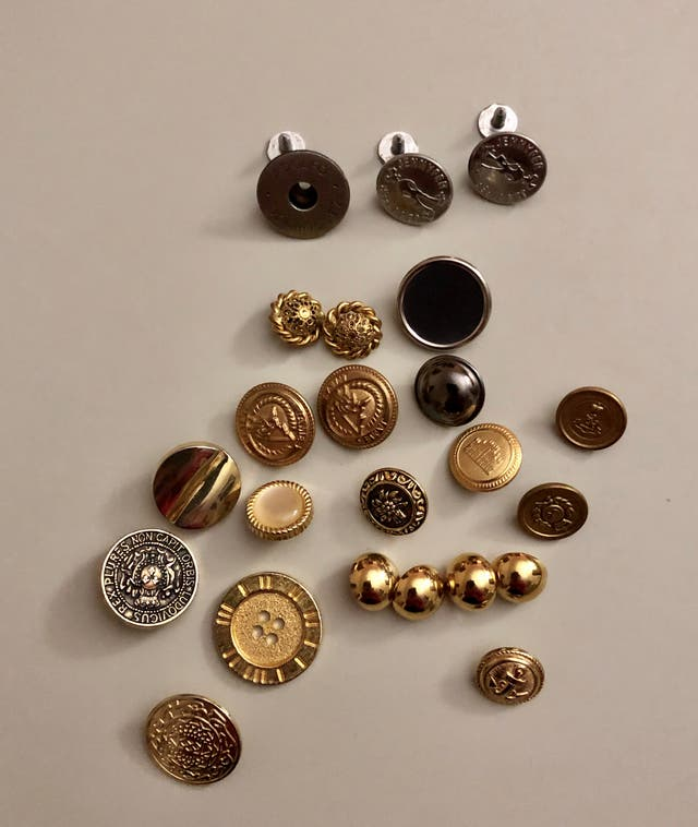 Lot 24 boutons métal et autres matériaux, divers